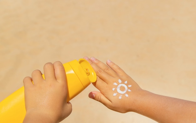Crema solare sulla pelle di un bambino
