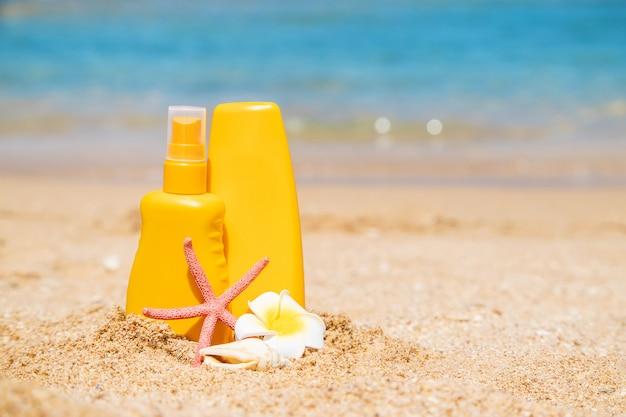 Crema solare sulla spiaggia. protezione solare. messa a fuoco selettiva.