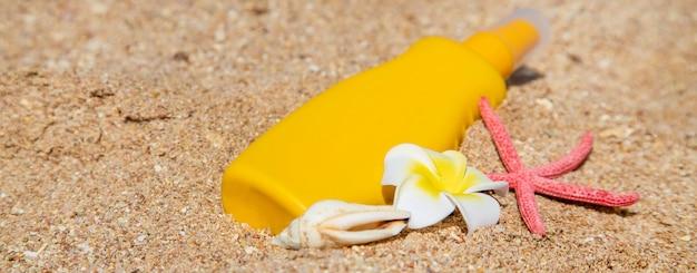 Crema solare sulla spiaggia. protezione solare.