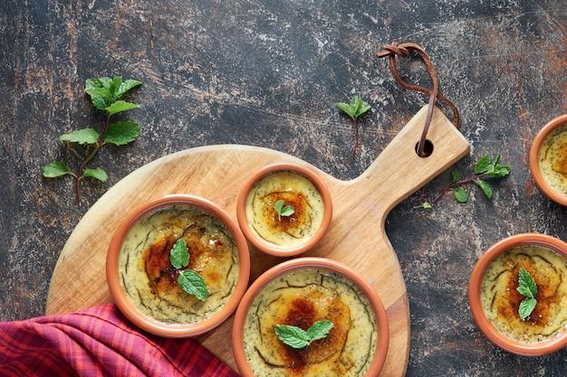Crème brulée, o crema catalana, la variazione spagnola di questo tradizionale dessert alla crema, realizzato con piatti tradizionali di cazuela