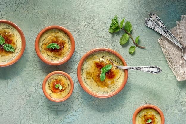 Creme brulee, o crema catalana, la variazione spagnola di questo tradizionale dessert alla crema, realizzato con piatti tradizionali di cazuela