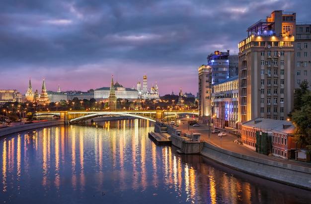Cremlino di mosca e il grande ponte di pietra con la riflessione e l'edificio del teatro estrada