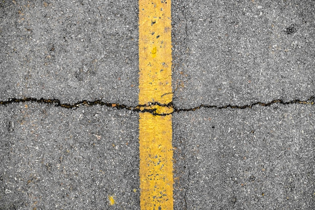 Crepa in linea giallo sulla struttura della strada