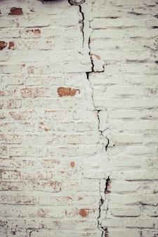 Crepa sul muro di mattoni. incidente in casa