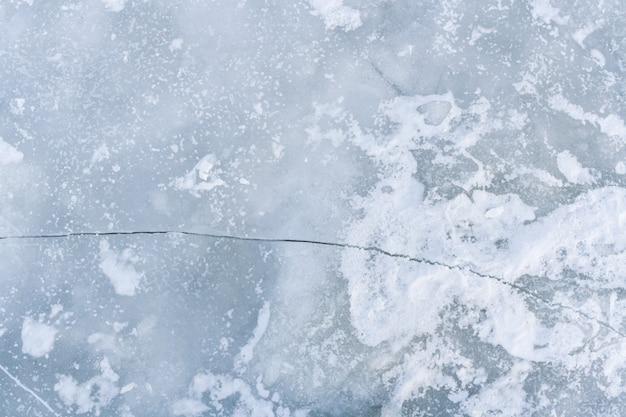 Crepa sulla superficie del ghiaccio del fiume ghiacciato