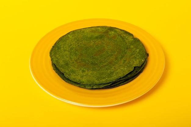 Crepes agli spinaci verdi fatti in casa