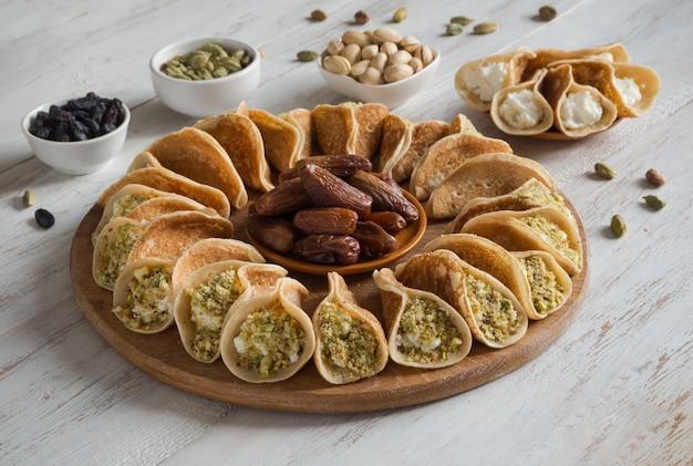 Crepes arabe tradizionali ripiene di panna, preparate per iftar in ramadan.