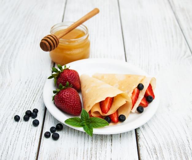 Crepes con fragole e mirtilli