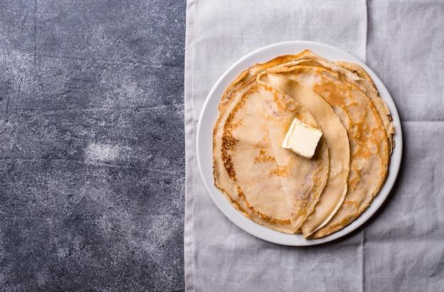 Crepes dei pancake su fondo scuro