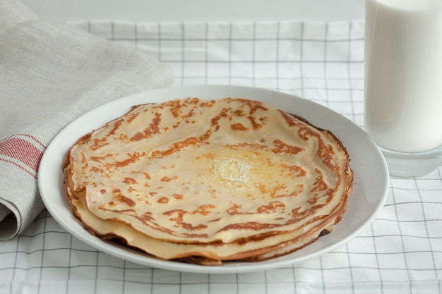 Crepes o pancake sottili con burro e latte.