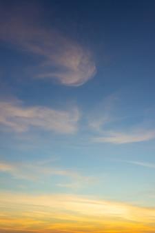 Crepuscolo cielo verticale la sera e il crepuscolo con sunligh colorato sulla nuvola soffice