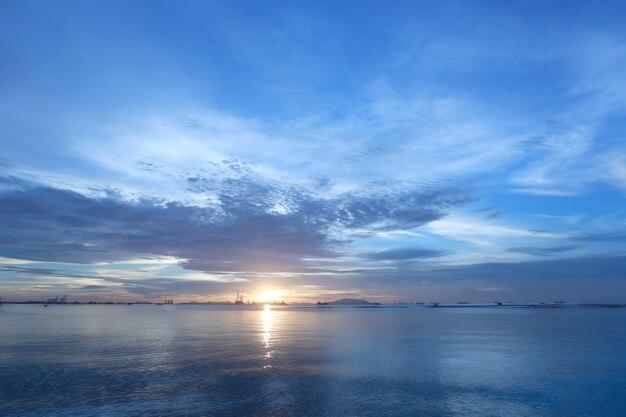 Crepuscolo del tramonto del mare in tailandia.