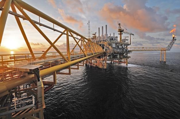 Crepuscolo di una piattaforma petrolifera offshore in thailandia.