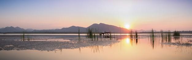 Crepuscolo sul lago e montagna