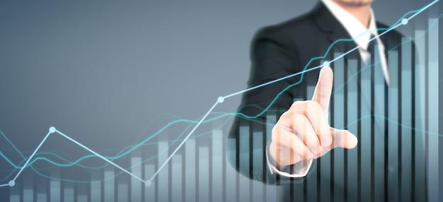 Crescita del grafico di piano dell'uomo d'affari e aumento degli indicatori positivi del grafico nel suo affare