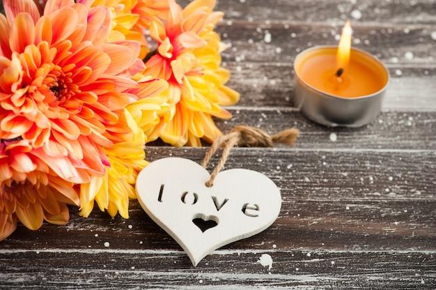 Crisantemo arancione e cuore