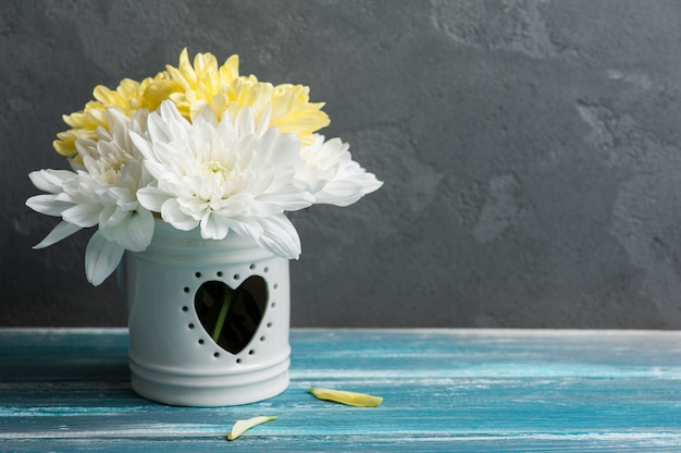 Crisantemo bianco e giallo in una pentola