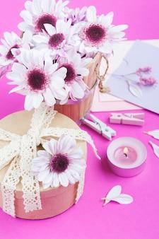Crisantemo rosa e regalo di kraft