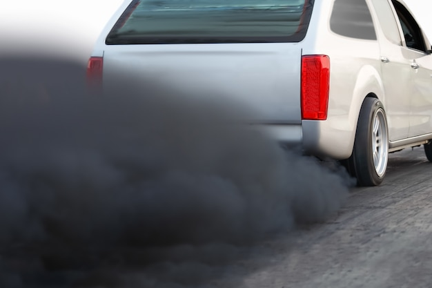 Crisi dell'inquinamento atmosferico in città dal tubo di scarico del veicolo diesel sulla strada