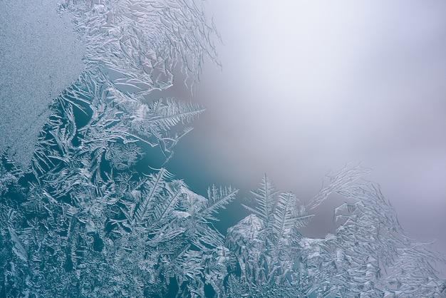 Cristalli di ghiaccio naturali congelati sulla finestra, spazio per il testo.
