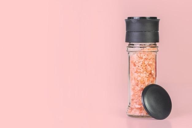Cristalli di sale dell'himalaya in una smerigliatrice di vetro