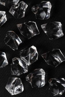 Cristalli nel tavolo nero