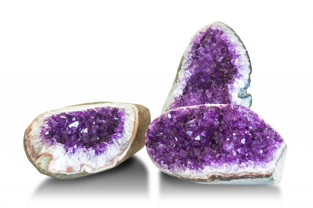 Cristallo di ametista, gemma semipreziosa isolata