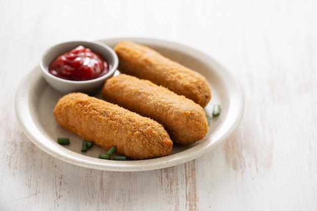 Crocchette di carne con salsa sul piatto