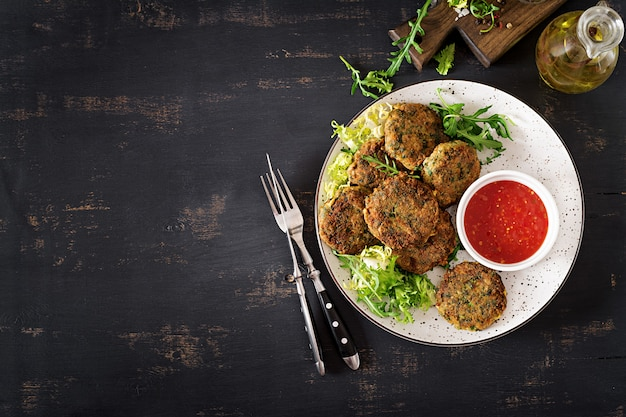 Crocchette di pesce, spinaci e pangrattato fatti in casa.