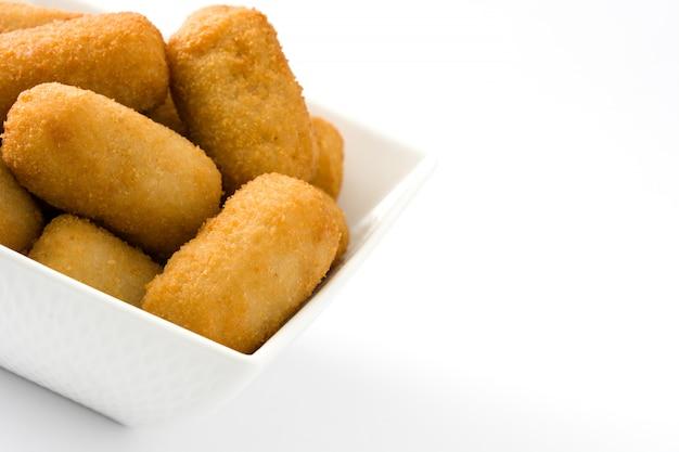 Crocchette spagnole fritte tradizionali isolate sullo spazio bianco della copia