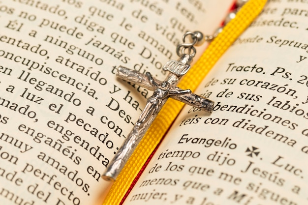Croce collana primo piano e libro sacro