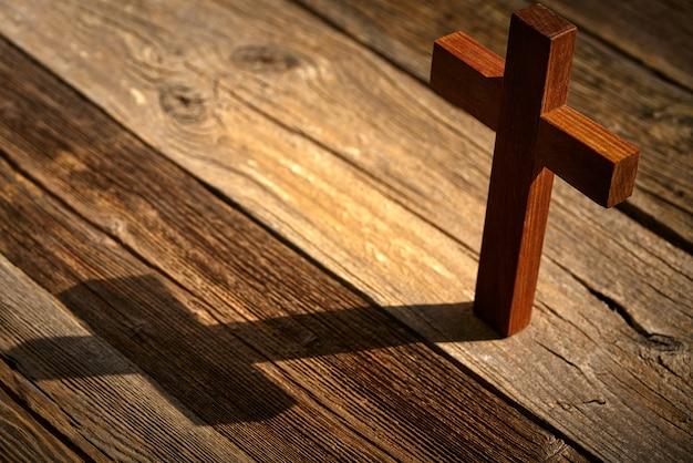 Croce cristiana su legno sopra legno