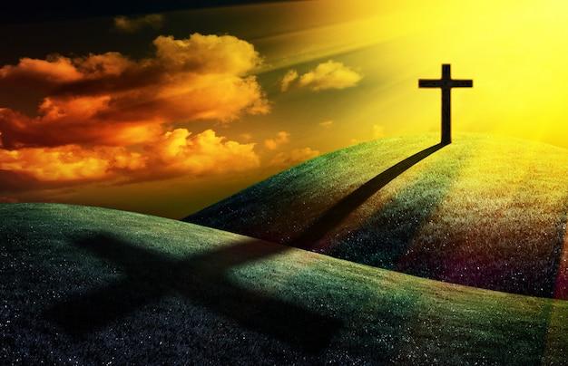 Croce cristiana su una collina al sole