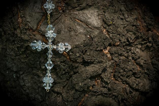 Croce nuziale sulla trama dell'albero