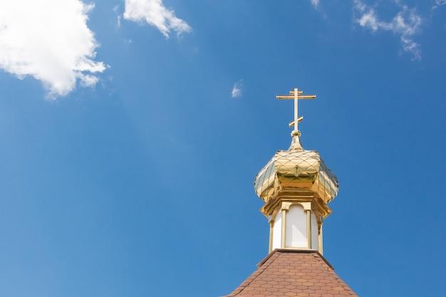 Croce sulla cupola della cappella contro il cielo