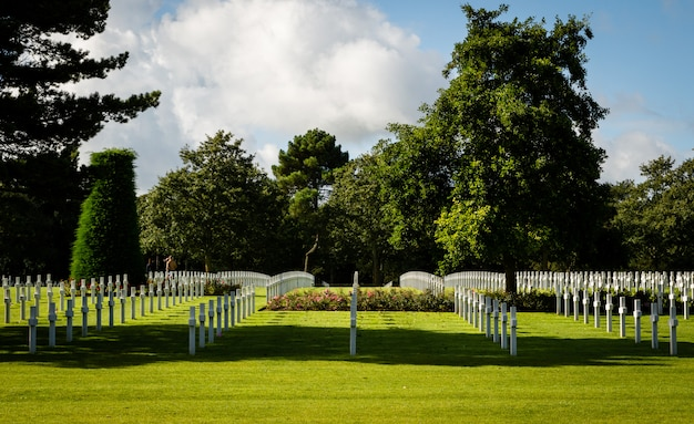Croci bianche nel cimitero americano di guerra vicino a omaha beach, in normandia (colleville-sur-mer), p