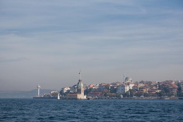 Crociera sul bosforo, istanbul, turchia. onde sull'acqua.