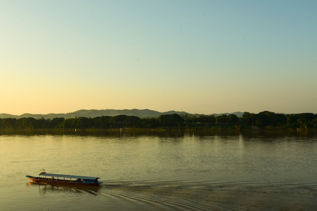 Crociera sul fiume mekong la sera.