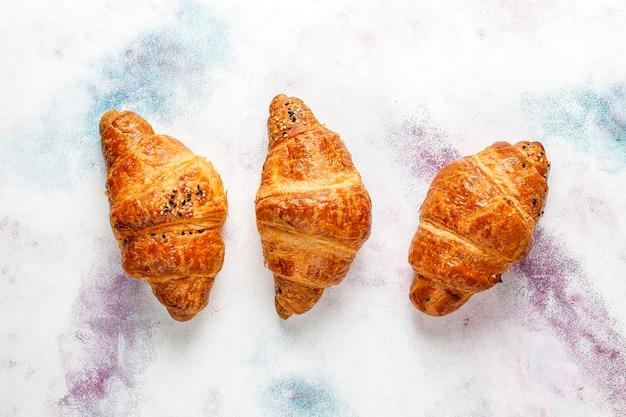 Croissant al forno freschi.