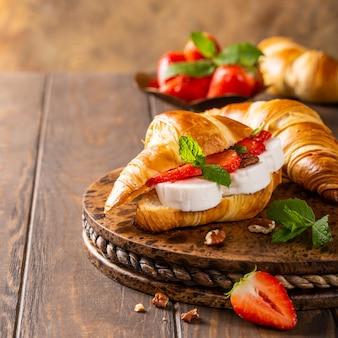 Croissant al panino con formaggio di capra