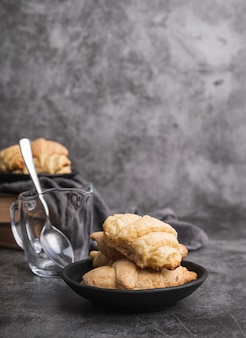 Croissant casalinghi del primo piano su un piatto