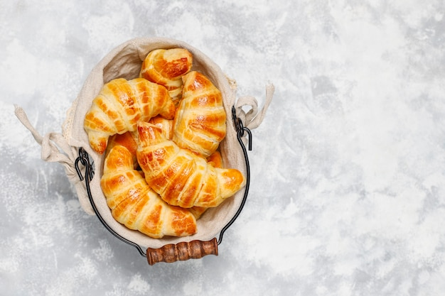 Croissant casalinghi saporiti freschi su bianco grigio. pasticceria francese