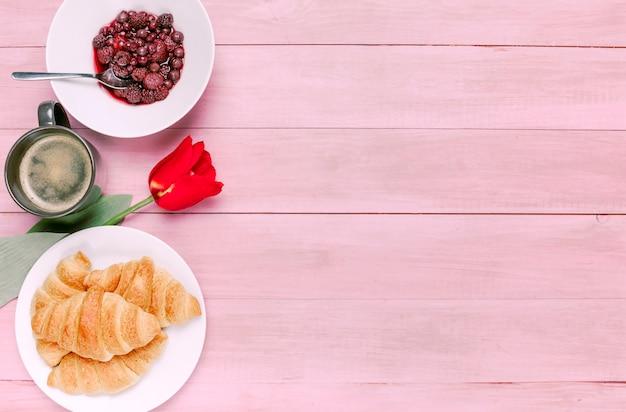 Croissant con tulipano e frutti di bosco sul piatto