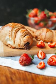 Croissant fresco con marmellata di fragole e frutta fragola