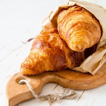 Croissant in un sacchetto di carta