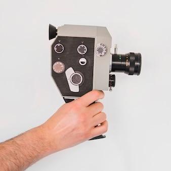 Crop cameraman con gadget vintage
