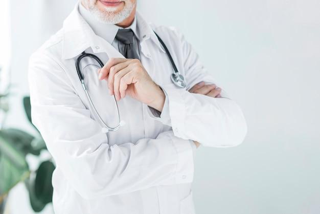 Crop dottore toccando stetoscopio