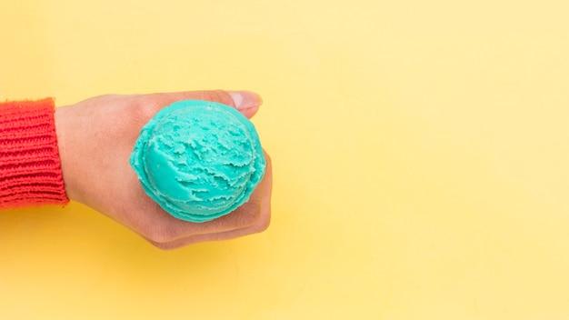 Crop mano che tiene il gelato