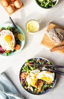 Croque madame con prosciutto, emmental fuso, uovo fritto e besciamella.