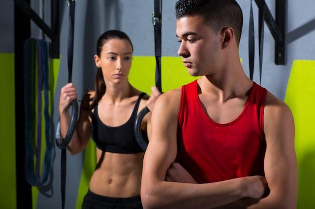 Crossfit dip anello uomo e donna rilassati dopo l'allenamento